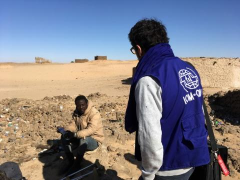 A migrant being assisted by an IOM staff member in Seguedine. Photo IOM 2017