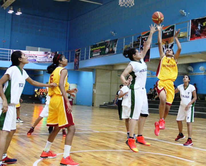 Rajvi_Jain_of_Karnataka_attempts_a_layup_against_Aakarshan_Sandhu_of_Punjab